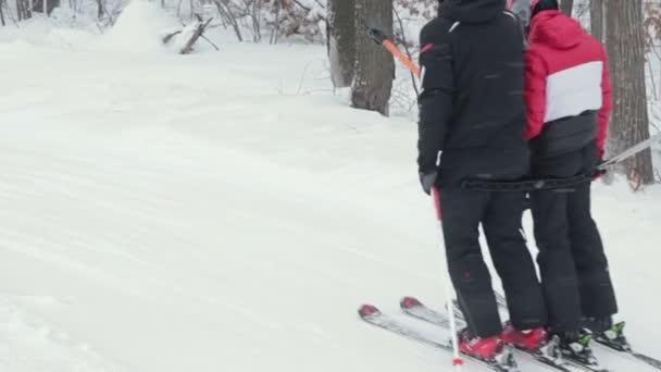 Pár lyžaře vlek na malé trati pro lyžařské