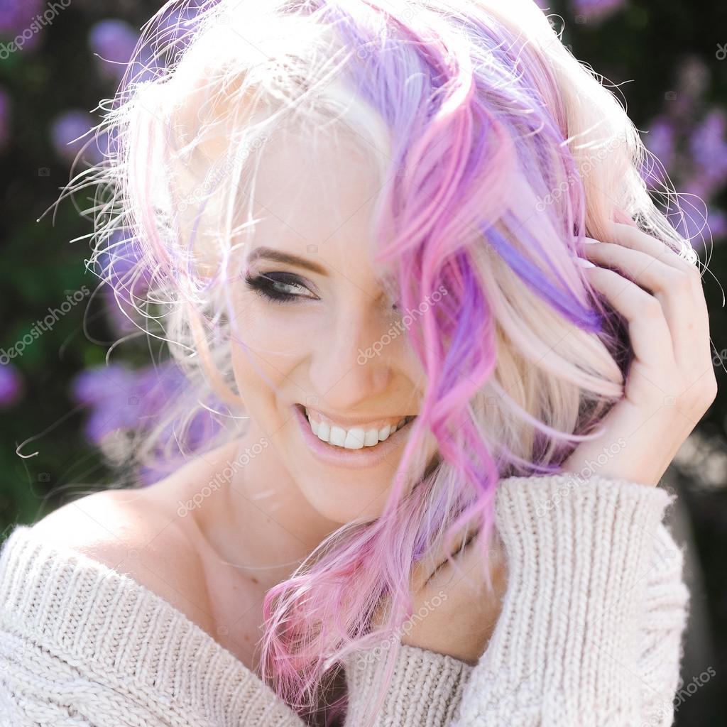 Ritratto del primo piano di un hipster di bella giovane ragazza bionda sexy  con capelli Lilla e rosa in posa all\u0027aperto \u2014 Foto di