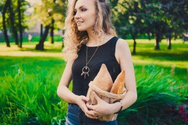 "Картина, постер, плакат, фотообои ""женщина, держащая хлеб"", артикул 119093144"