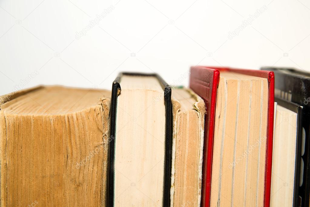 Bücher nebeneinander  Ein paar alte Bücher sind nebeneinander — Stockfoto © ggggg8101 ...