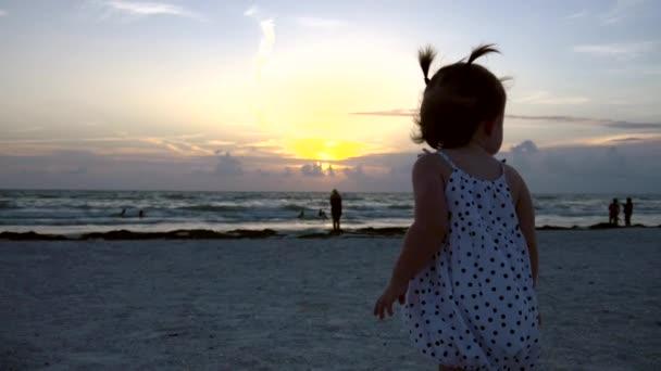 Roztomilá holčička vlny a body na vrtulník na pláži, 4k