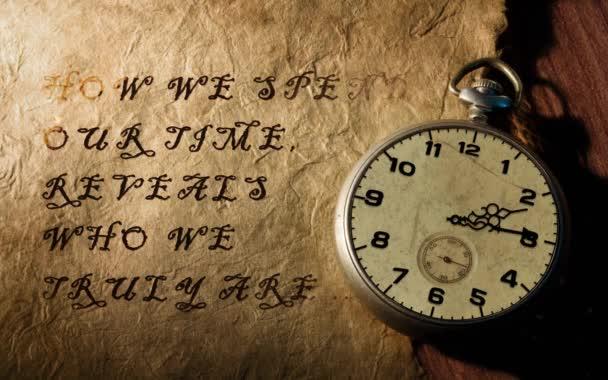 Time Reveals Who We Are Pocket Watch 4K Loop obsahuje staré kapesní hodinky s ručičkami otáčejícími se na pergamenovém papíru s titulem objevujícím se a mizejícím ve smyčce