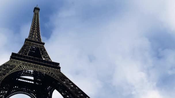 Eiffel Tower výsledkem s odstupem času mraky pozadí smyčky