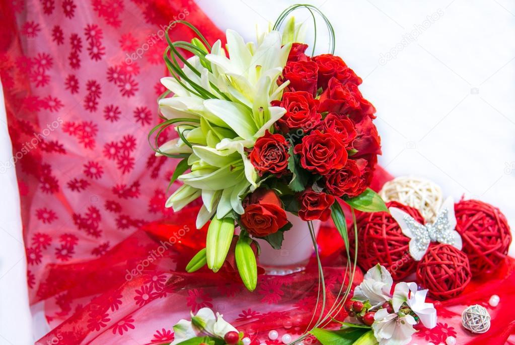 Hochzeitsstrauss Mit Lilien Und Rote Rosen Auf Rotem Grund