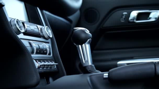 Zblízka panoramatické a železniční záběr automatický řadicí páky box uvnitř sportovní auto