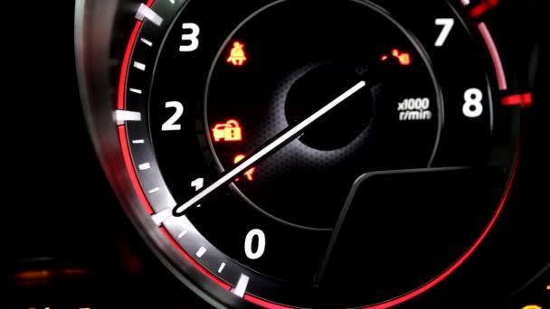 Zářící jehlu na řídícím panelu zobrazení start a zastavení auto motor procesu zásob video