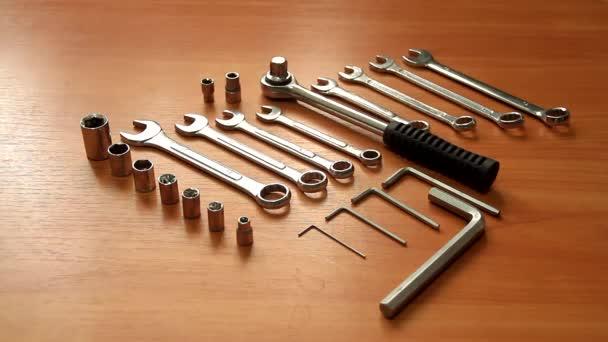Sada nástrojů pro domácí opravy na dřevěné pozadí