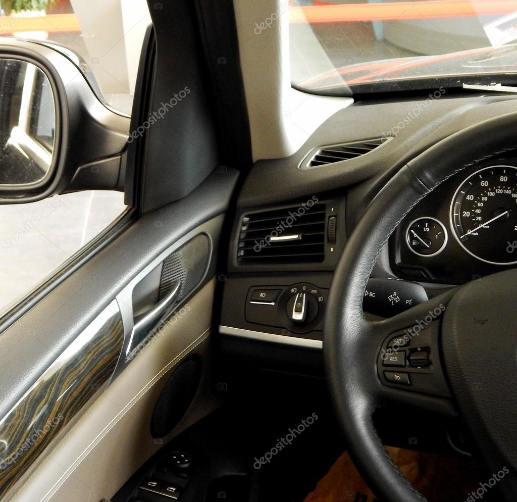Lederen bekleding en bullettproof glas in auto-interieur ...