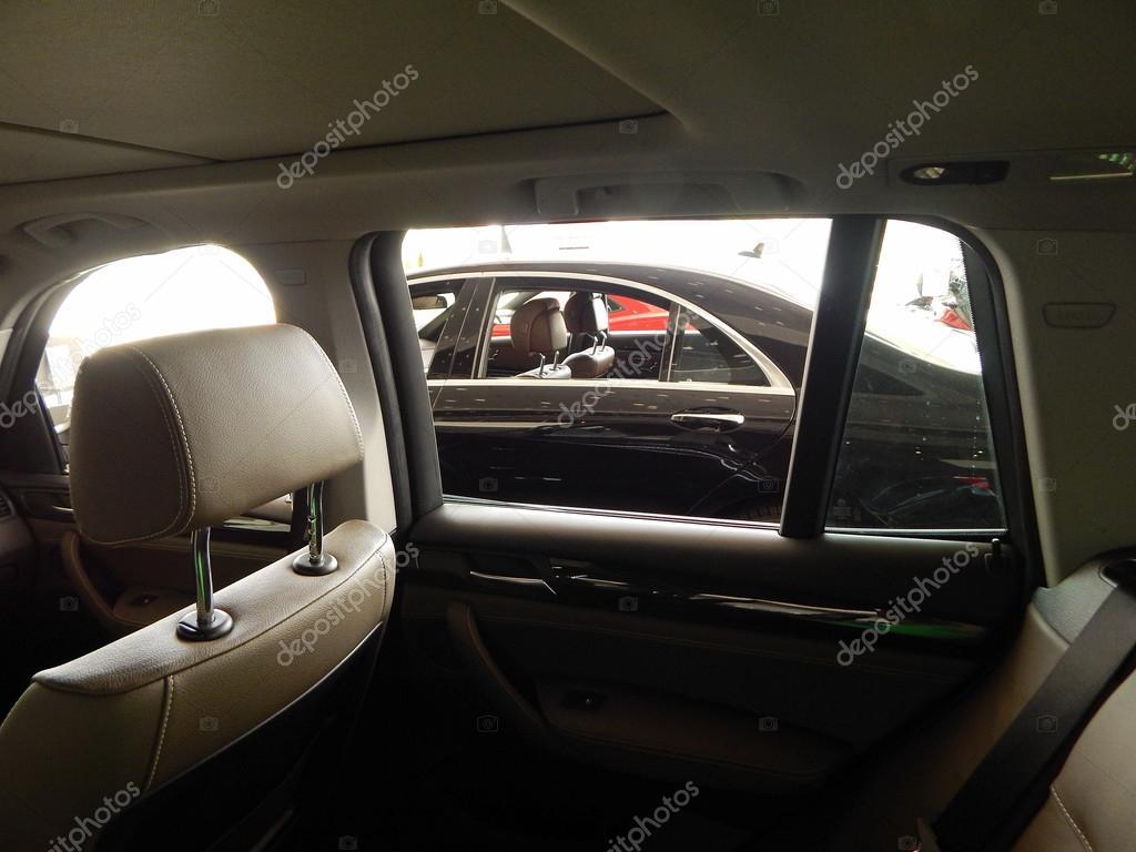 lederen bekleding en bullettproof glas in auto interieur stockfoto