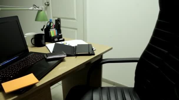 Irodai munkahely levélpapírt az asztalon
