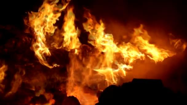 Uhlíky v plameni na spalování odpadu z buničiny průmyslu slowmotion