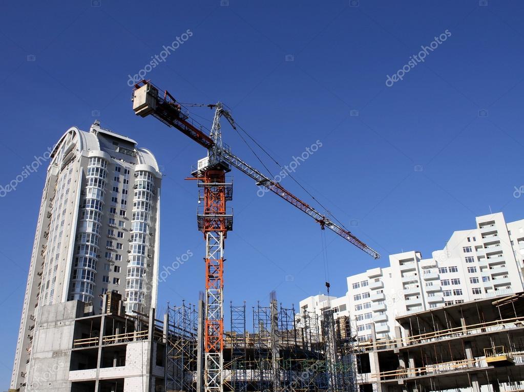 Obenliegende Stahlkonstruktion Kran lädt Beton über Rahmen des ...
