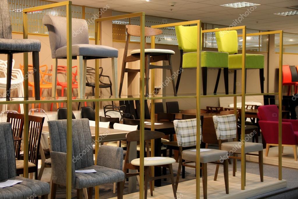Sgabelli e sedie espositivo nel centro commerciale u2014 foto stock