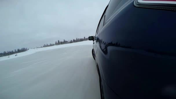 Extrémní jízda auto na Zimní silnici palubní kamera