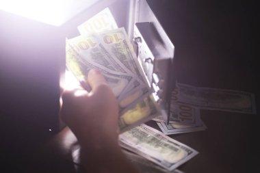 Parayla çelik kasa. Otel odasındaki güvenli para kutusuna el koyarak.