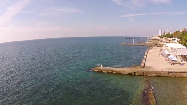Letecké panorama na moře na pláž a město