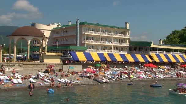 Letní dovolená na pobřeží Černého moře v obci. Lazarevskoye hory. Soči