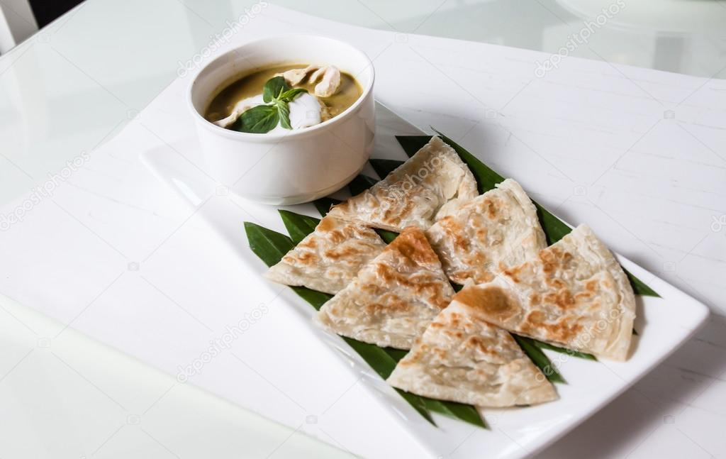 eine Art indisches Essen, hergestellt aus Mehl mit Curry Huhn grün ...