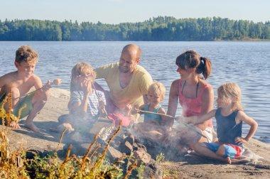 Aile bir göl kenarında ızgara