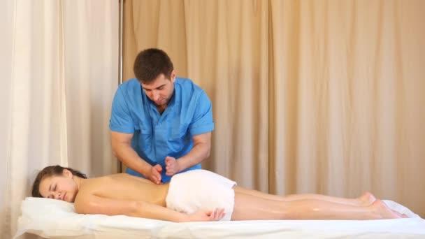 zpět masáž v lázních
