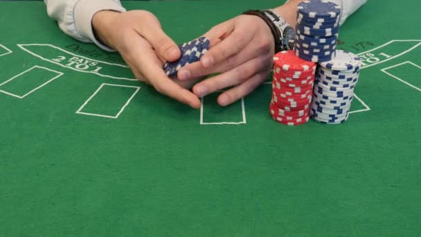 Uomo mischiare Poker Chips