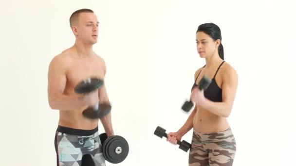 Pár v tělocvičně dělá cvičení