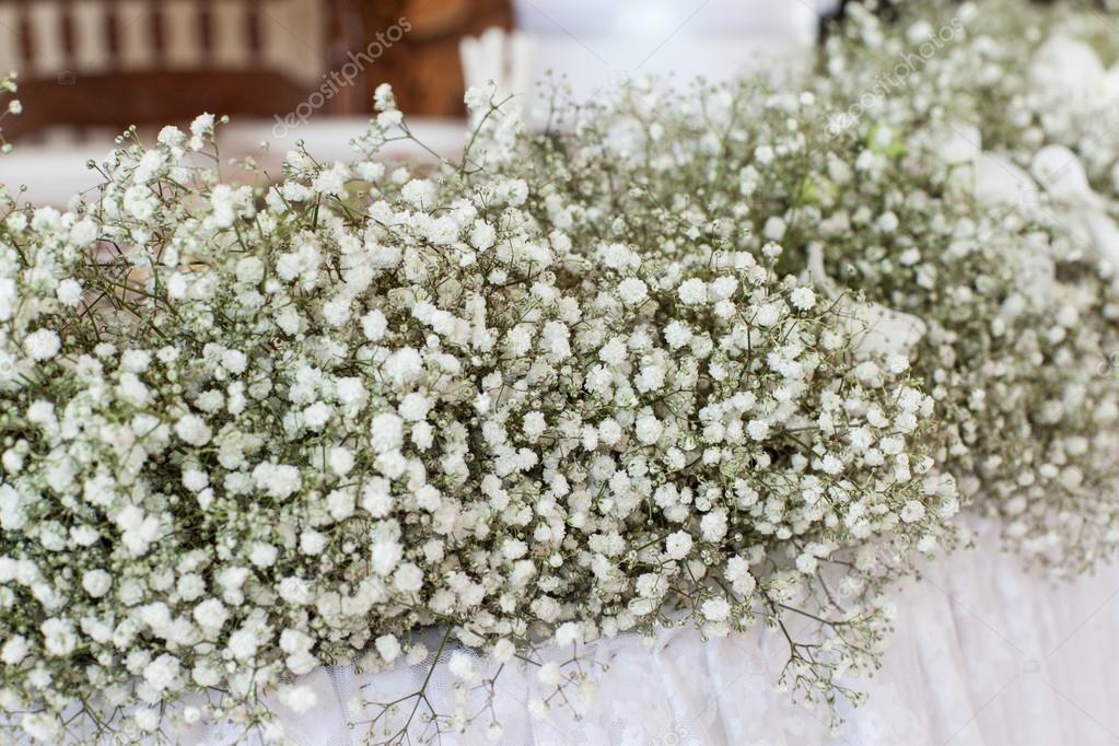 Wildblumen In Form Einer Dekoration Fur Hochzeit Tabelle Stockfoto