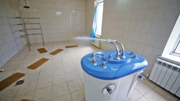 Badkamer Met Sauna : Douche eenheid badkamer bad sauna water spa salon u2014 stockvideo