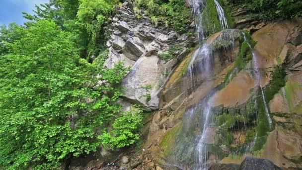 Fluss im kaukasischen Bergwald, Wasserfall in der Nähe des Riza-Sees, Abchasien, Georgien