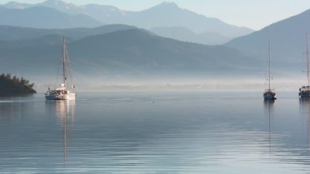 Ukotvené jachty v mlhavé ráno
