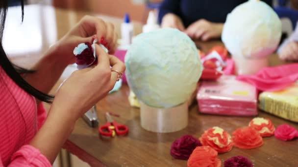 Zenske ruce výrobu papíru květi