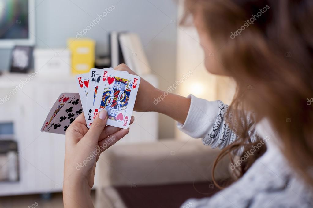 Играют в карты на женщину, телка играет огурцом видео