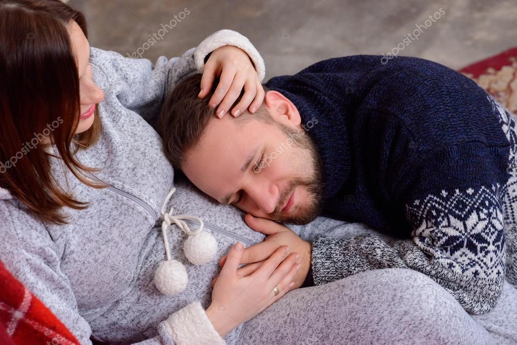 Heureux poux coute rythme cardiaque de b b couch sur le ventre de sa femme enceinte - Peut on coucher bebe sur le ventre ...
