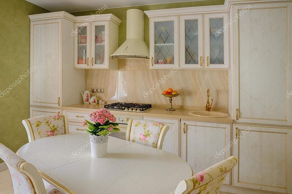 cucina in stile classico e sala da pranzo interna nei colori beige ...