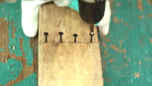 Oříznout obrázek zručnou rukou pomocí vrták na dřevo na staveništi