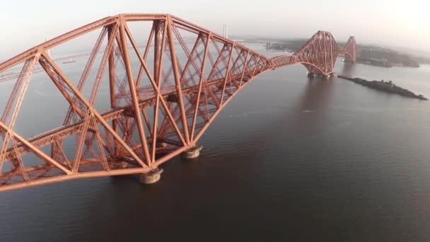 Letecký snímek odhalující železniční most Forth mimo Edinburgh