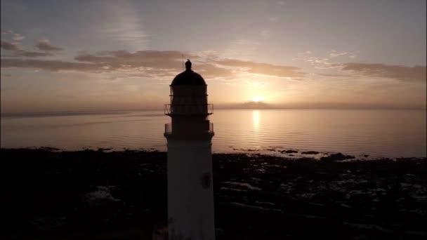 Luftaufnahme eines Leuchtturms bei einem wunderschönen Sonnenaufgang in Schottland