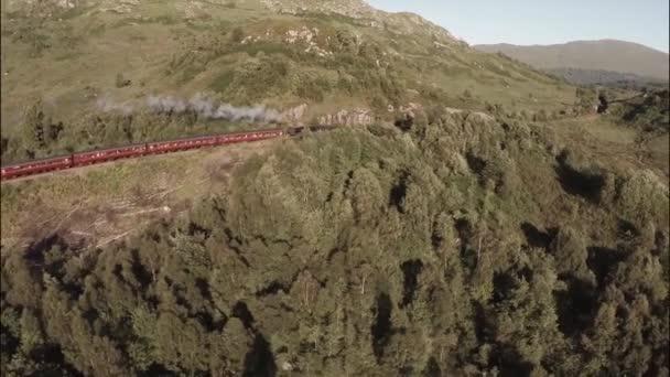 Letecký snímek Jakobité parní vlak prochází krásným scenary skotské vysočiny