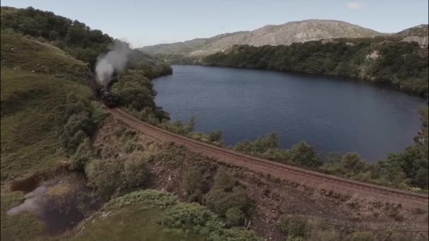 Letecký snímek Jakobité parní vlak kolem jezero na skotské Vysočině na cestě do Fort William
