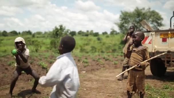 5 šťastný afrických chlapců hrát s míčem ve venkovských Masindi, Uganda, září 2013
