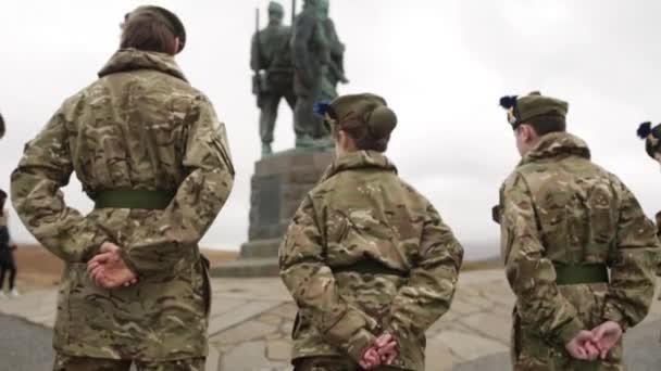 Hadsereg kadétok állni háborús emlékmű emlékezve, Spean Bridge, Skóciában, május 2014