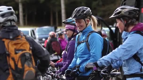 Holky, smáli se a žertovali před na horském kole, Peebles, Skotsko, květen 2014