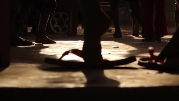 Mladí Afrrican dětské nohy pod lavici ve škole, Keňa, březen 2013
