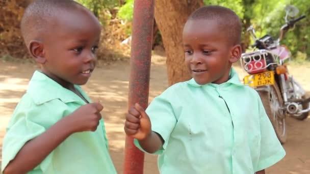 Dvě šťastné afrických školáků pěst čerpání, Taveta, Keňa, březen 2013
