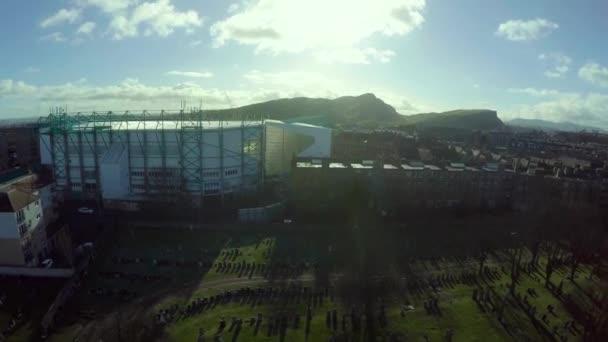 Letecký snímek Easter Road stadion v Edinburghu s Arthurs seat a útesy v pozadí za slunečného dne
