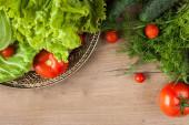 čerstvá zelenina na dřevěném stole