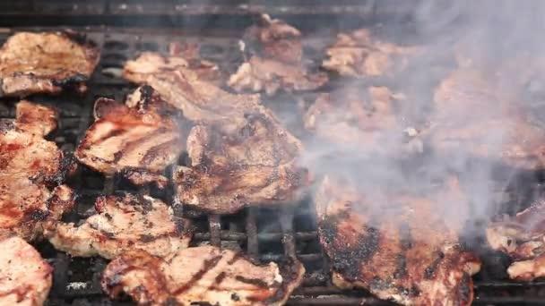 Steaky a žebra na grilu