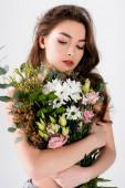 Hemdlose Frau mit einem Strauß Chrysanthemen, Eustoma und Eukalyptus isoliert auf grau
