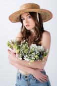 Nő farmerban és szalmakalap ölelkezve virágok elszigetelt szürke