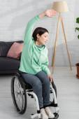 Frau im Rollstuhl trainiert zu Hause